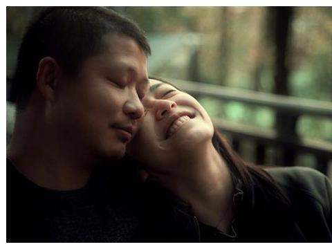 姚晨庆结婚7周年,甜蜜接吻秀恩爱,躺在老公曹郁怀中开怀大笑