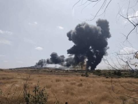 印舰载机空中撞鸟,发动机起火急速下坠,飞行员最后一刻避开村庄