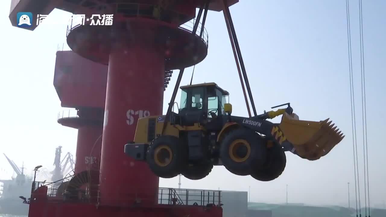 """这就是山东丨震撼!200多台推土机、大吊车集体登船出海!日照港接了个""""超级大单""""!"""