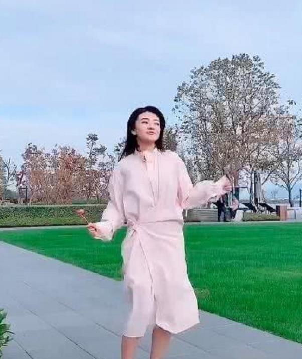 还记得八王爷的曲小檀吗?今穿粉色连衣裙跳舞,颜值成路人!
