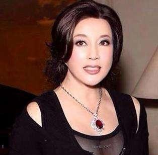 67岁刘晓庆否认整容传闻,称是自己长得年轻,而且还老不成