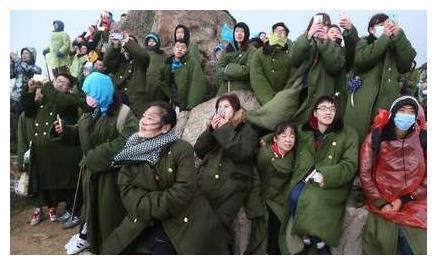 """中国军大衣在07年的时候,换了样式,以前""""军装绿""""没有了?"""