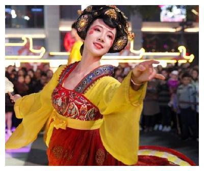 西安不倒翁女孩走红,看到她卸妆的样子,这才是大唐女神!
