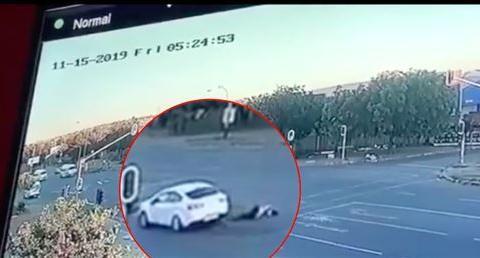 恐怖!南非4名歹徒随机劫车,持枪射杀女司机后将其抛尸马路