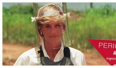 堪称一大壮举,英国戴安娜王妃曾独自走过雷区,画面影响世界