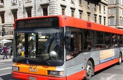公交车上,5旬老太逼迫孕妈让座,孕妈接下来的行为真解气