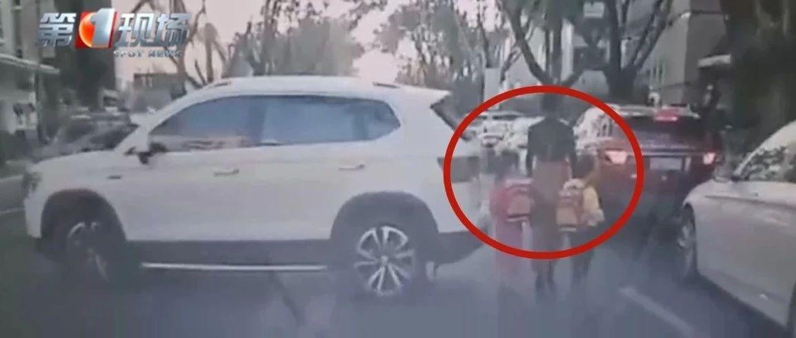 揪心!司机倒车突然加速,瞬间撞到3人!幼童被卷车底