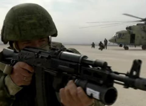 俄大批军队从天而降,瞬间控制美空军基地,美感叹:重要枢纽失陷