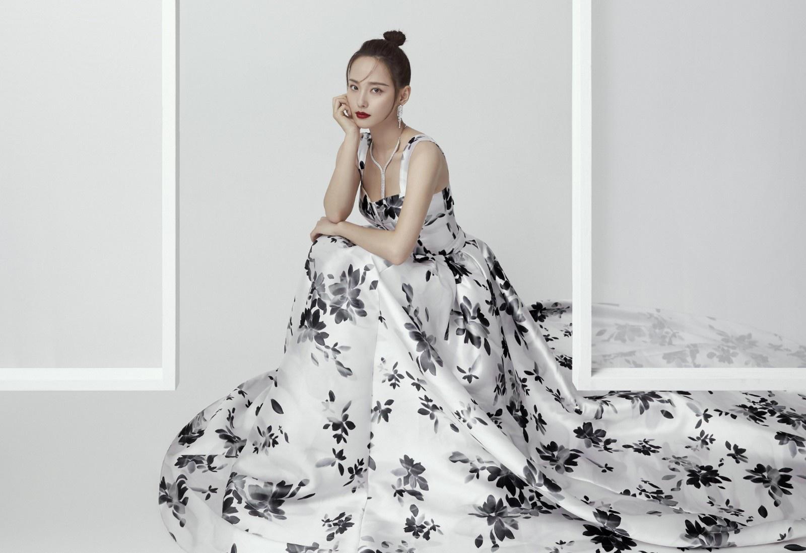 """张嘉倪迎""""颜值巅峰"""",印花拖尾裙穿得优雅娇美,近看都毫无瑕疵"""