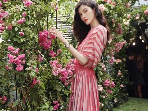何穗一身红白条纹裙装,美得如画中仙女!