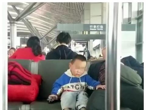 火车站爸爸睡着了,小男孩乖乖依偎在爸爸身旁,这一幕太让人心疼