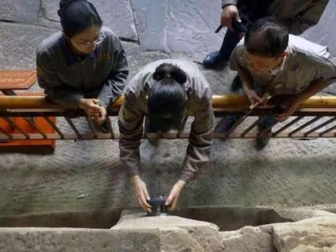 工人修复800年观音石像, 无意触发暗格, 结果发现意外惊喜