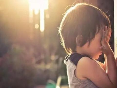 3岁男童误将502胶水滴入眼中,爸爸的处理方法救了娃