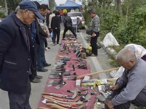 农村七旬铁匠卖老式农具,过去一天卖千元,如今成古董无人问