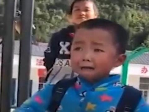 男孩放学后在校门口等爷爷,看到爷爷后激动挥手,网友直呼:感动