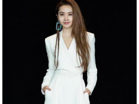 蔡依林跟王俊凯合体,谁注意她穿的裙子?39岁还能挤进液体裙!