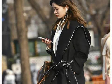 路人街拍:一身黑的长腿美女,大冬天这样穿不冷吗?