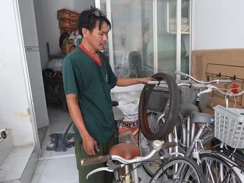 44岁修车工一家6口挤在阁楼生活,却为贫穷孩子捐出百辆自行车