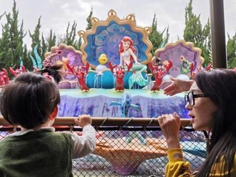 严屹宽杜若溪又带女儿去迪士尼玩,小肉肉在童话世界好奇又害怕