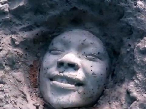 """小伙海底潜水,意外发现张神秘的""""笑脸"""",凑近细看后内心发毛"""