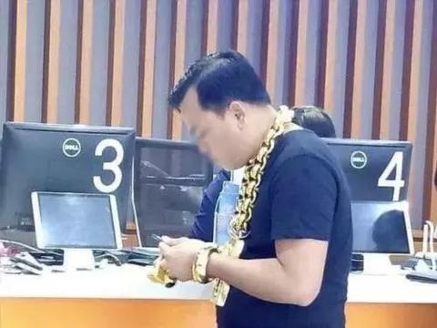 壕!男子每次出门都戴26斤黄金首饰 网友:不怕被抢劫?