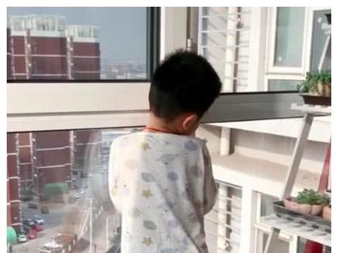 儿子放学后不写作业光看窗外,顺着孩子视线看,妈妈气笑了