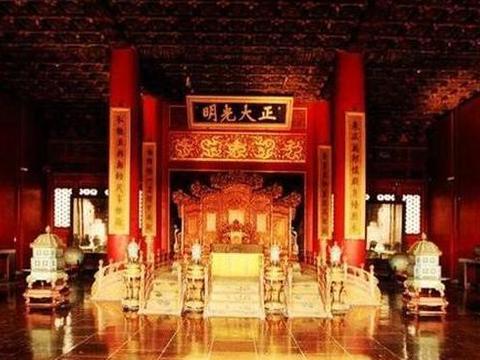 电视剧《雍正王朝》中一太监在乾清宫门前甩鞭子,其中有何寓意?