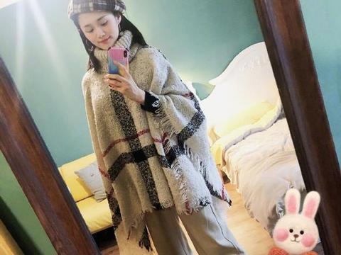 安悦溪高调秀斗篷,不料却被手表抢了镜,整套搭配温暖又洋气
