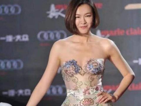 """李艾的彩绘裙有多美?展现""""乳胶娃娃""""般身材,吉娜都要靠边站"""