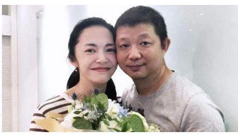 姚晨曹郁结婚7周年,夫妻手拉手逛街超亲密,害羞接吻甜skr人
