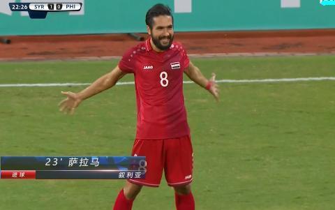 1-0,世预赛首支5连胜球队产生!球员展开双臂庆祝,跪地亲吻草地