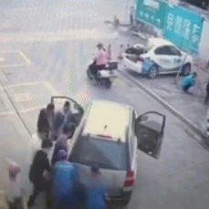 男童被卷入车底!他们一个举动暖动全城!