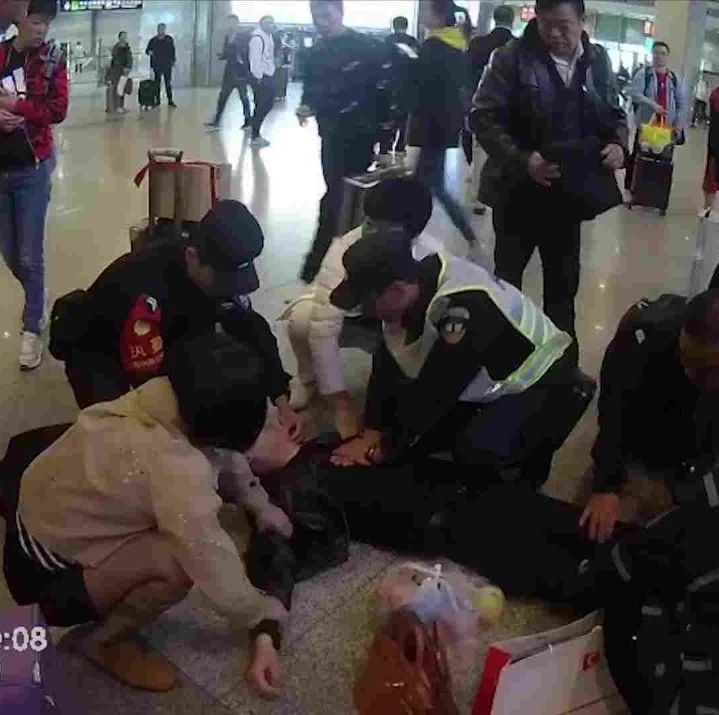 暖心!旅客心脏骤停4分钟,民警人工呼吸将其救回