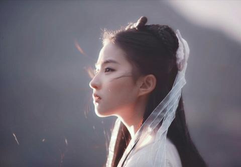 """怪不得神雕中刘亦菲""""雨中骑马戏""""被删,看到她后背后,就明白了"""