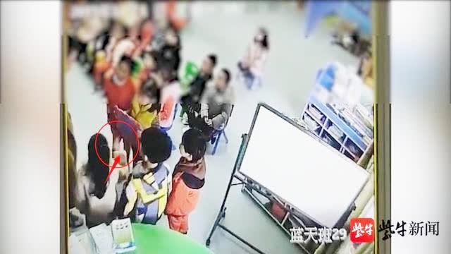 幼儿园小朋友排队自扇耳光,扇几下看看老师又继续扇  盱眙县教育局