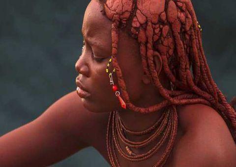 世界上最脏的女人,一辈子都不洗澡,用牛粪装饰头发
