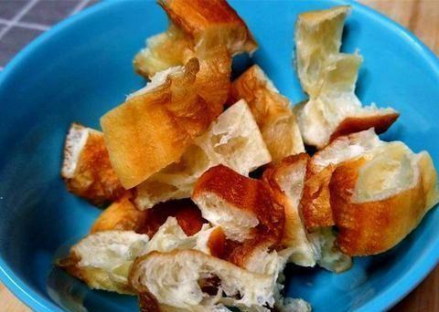 油条新吃法,买回来复炸一下,配上喷香米饭,酥脆有嚼劲