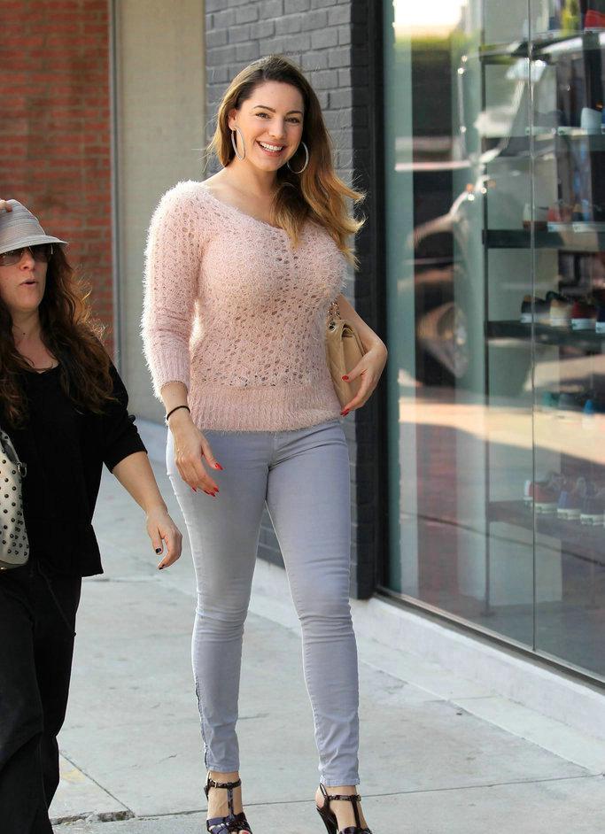 女星模特凯莉布鲁克现身洛杉矶街头,穿粉色毛衣牛仔裤显丰腴身材