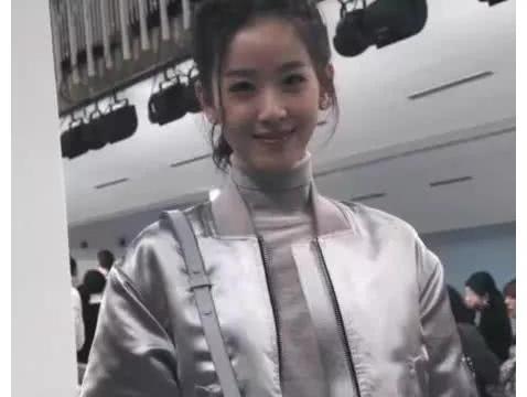 刘强东娶的什么宝? 看路人镜头下的奶茶妹妹,网友: 谁顶得住?
