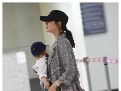 秋瓷炫于晓光带娃现身机场,大海叼奶嘴可爱爆棚,一家三口超甜蜜