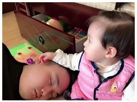 """超孝顺版宝宝哄奶爸睡觉走红,一言不合却把奶爸""""揪""""醒了"""
