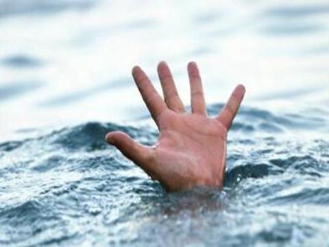 为了生存外出打工,孩子在家溺水身亡,婆婆给儿媳下跪了