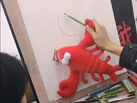 学生总是画不好,老师不方便说,拿出一只龙虾画苹果,美术生秒懂