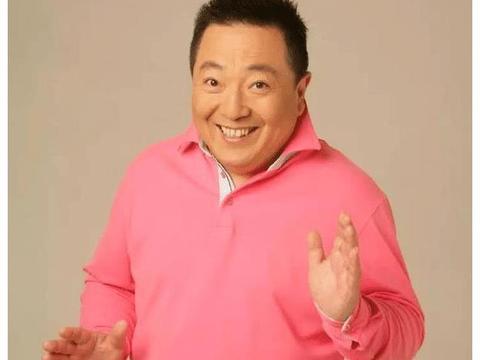 央视主持人董浩,退休后的现状,63岁在老家门口吃面,朴素