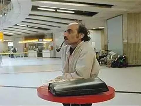 """全球最孤独乘客,丢失护照成为""""钉子户"""",17年把机场当成家"""