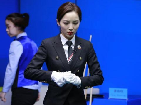 中式台球国际赛打响,26岁最美女裁判现身,粉丝:给摄影师加鸡腿