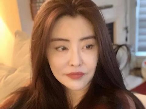 王祖贤罕见晒美照,52岁的年纪不显老,却撞脸年轻时的林青霞