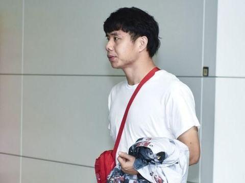 记者:重庆后防很年轻 李霄鹏:就是对手摆11个桩子 也得踢进去