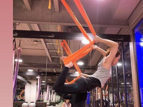 组图:梁静茹挑战高难度空中瑜伽 展现背部完美曲线