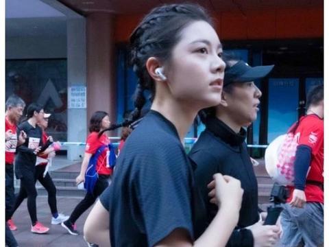 """林妙妙跑10公里马拉松,注意她穿裤压脚""""动作"""",身姿太撩了"""